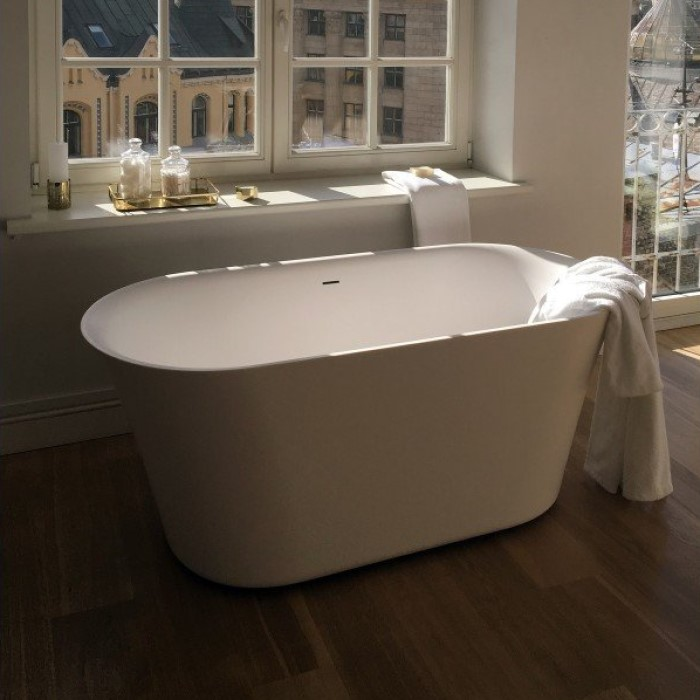 Oval Freestanding Tub with Flaired Rim for Neckrests