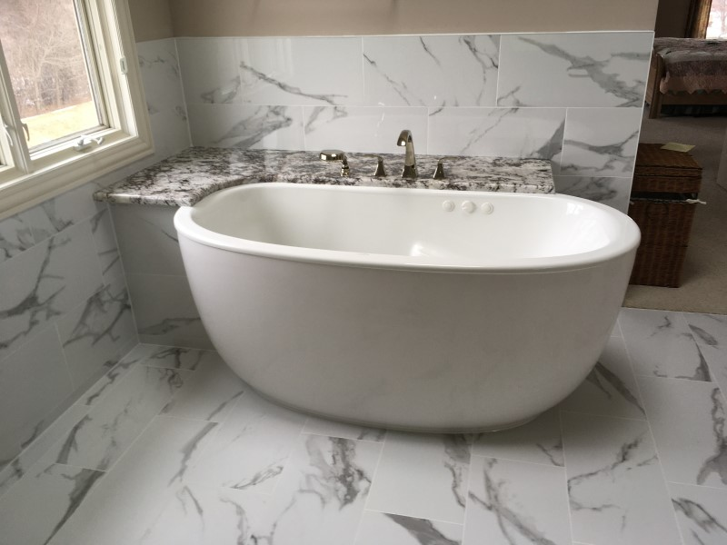 Freestanding Bath with Shelf for Faucets
